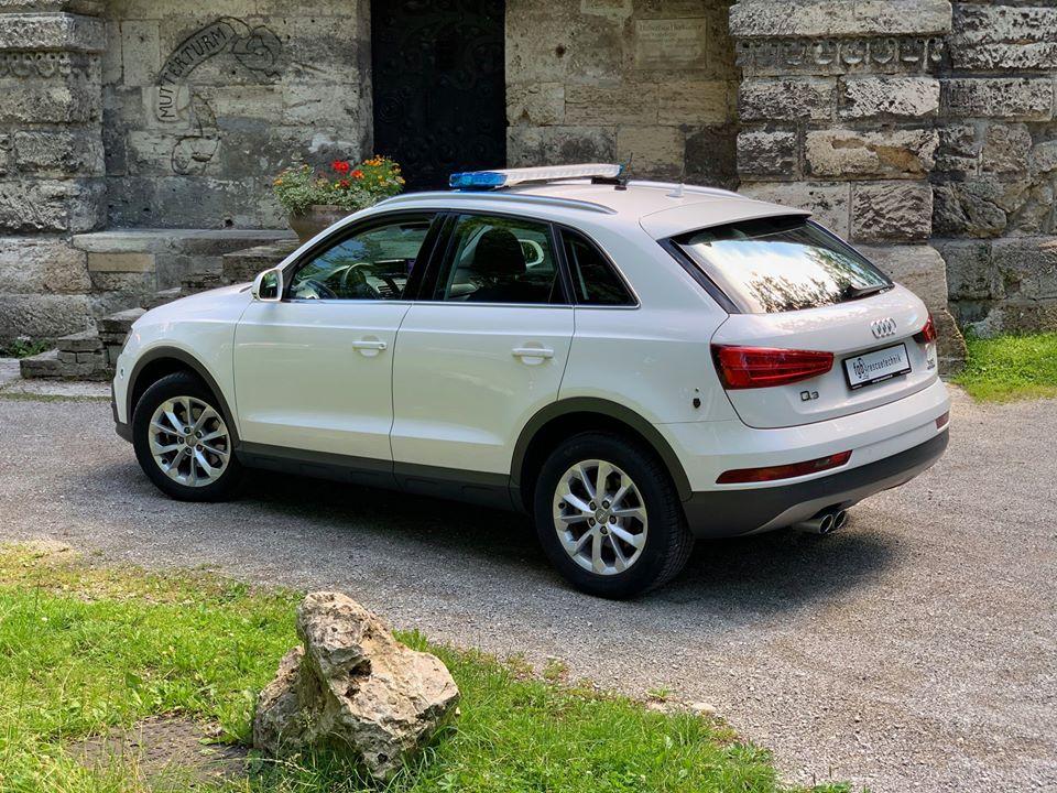 Audi mit Standby Blaulichtern