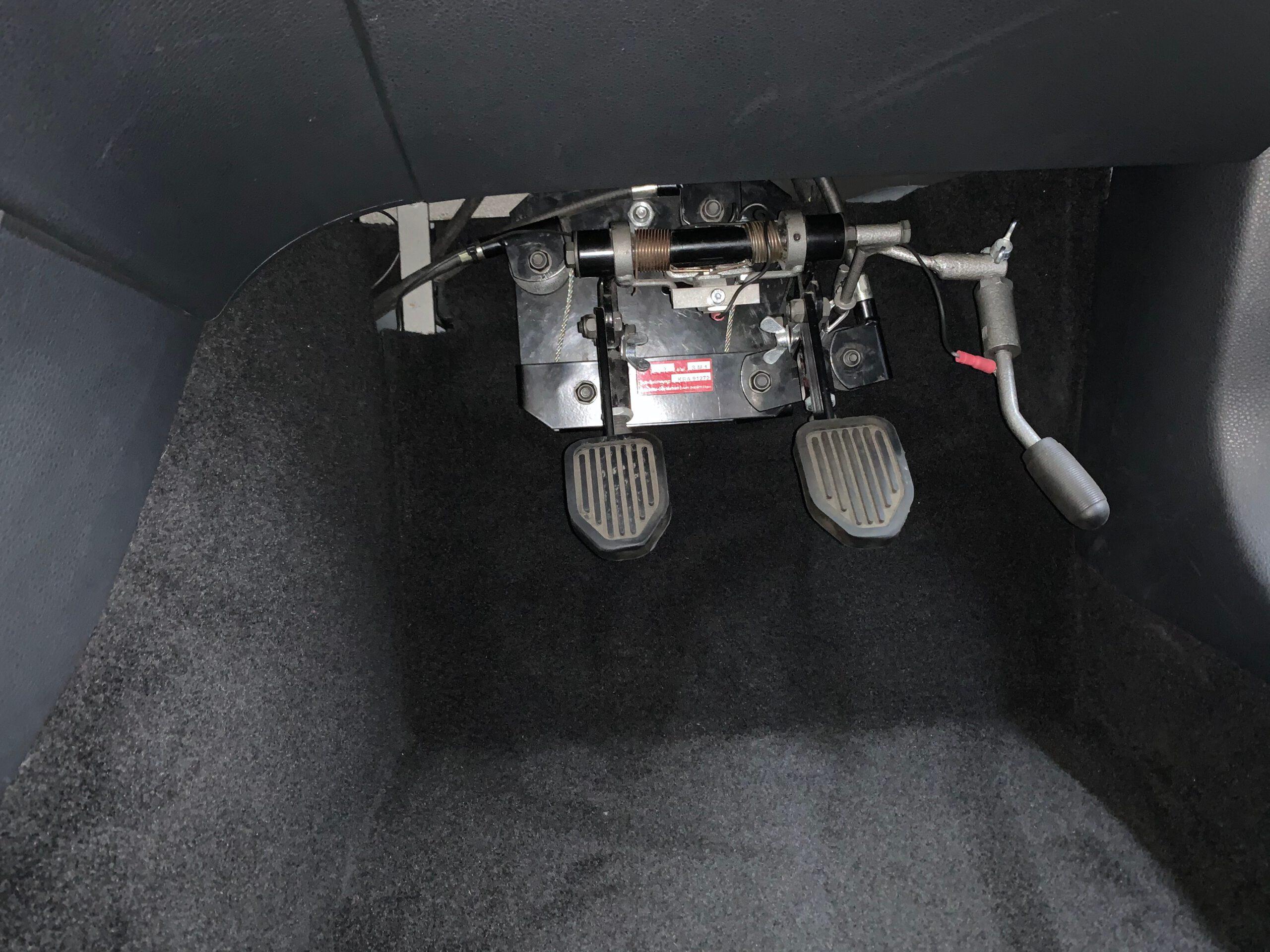Fußraum nach Doppelpedal-Einbau